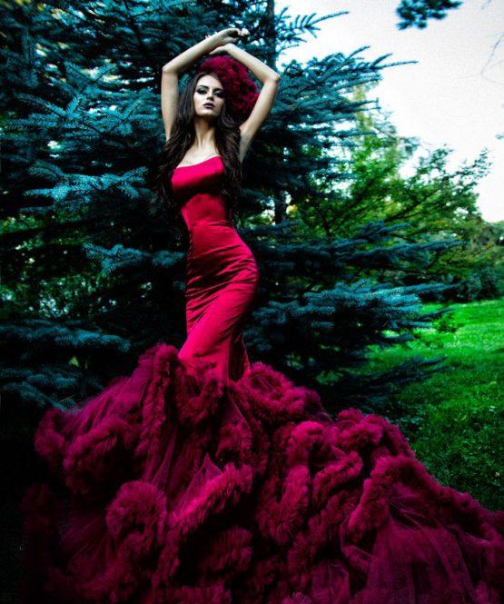 Бордовое платье с пышным шлейфом
