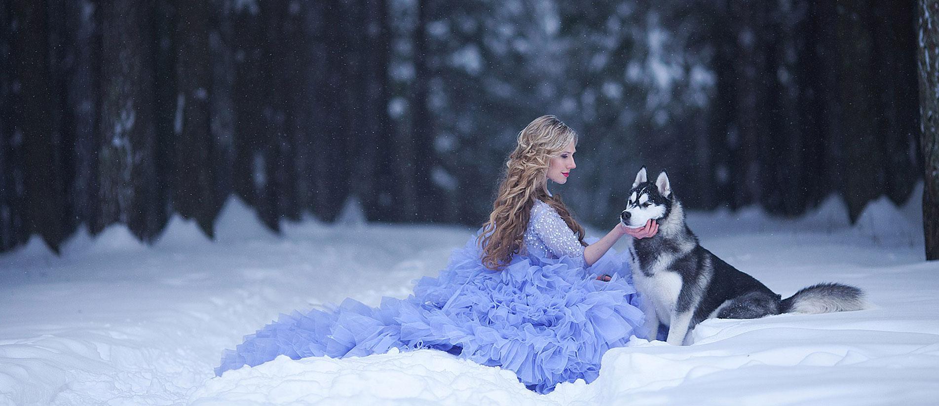 Девушка и хаски в зимнем лесу
