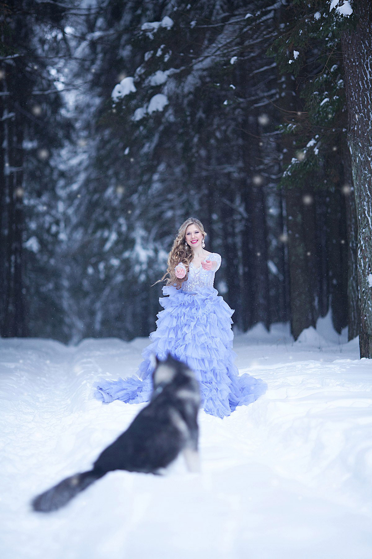 Фотосессия в сказочном платье в зимнем лесу