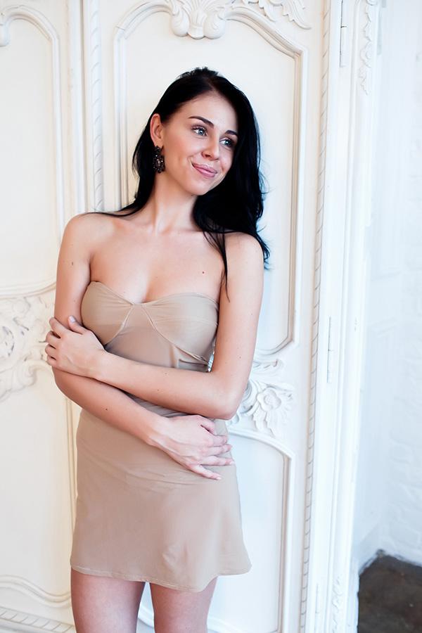 Короткое платье телесного цвета аренда