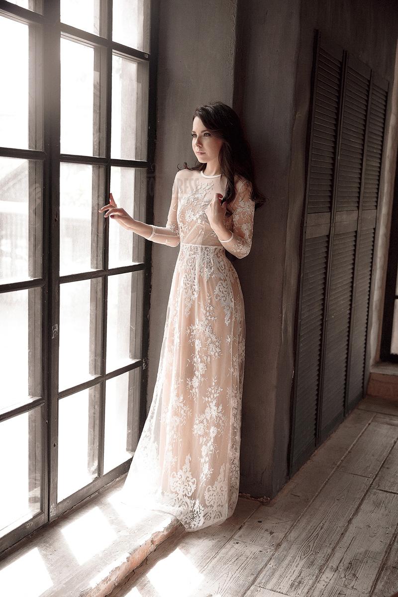 Платье прямого покроя с белоснежной вышивкой