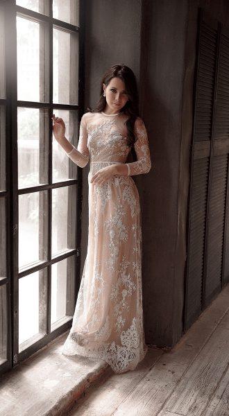 Платье из изысканного белого кружева