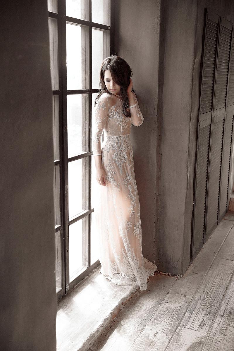 Белое просвечивающее платье