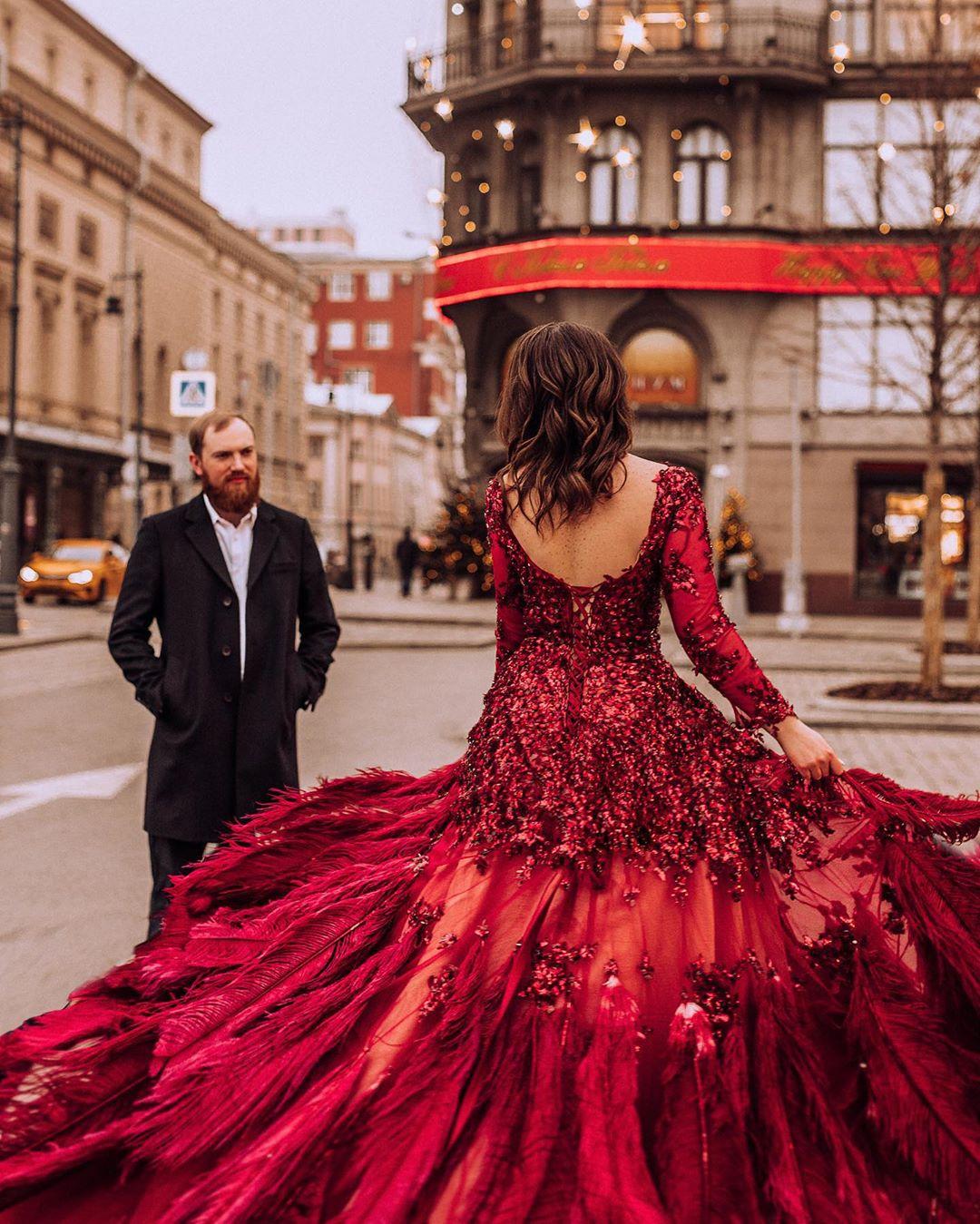 Парень в пальто ждет красивую девушку в красном