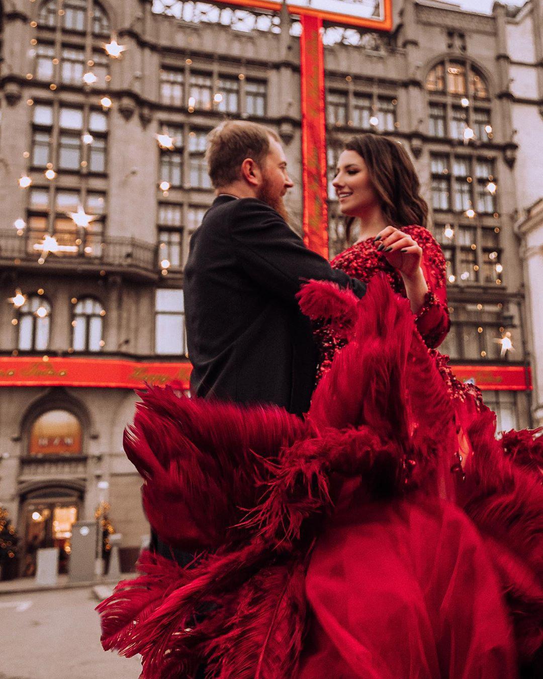 Влюбленные танцуют на фоне ЦУМа