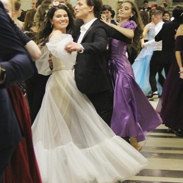 Пары танцуют вальс