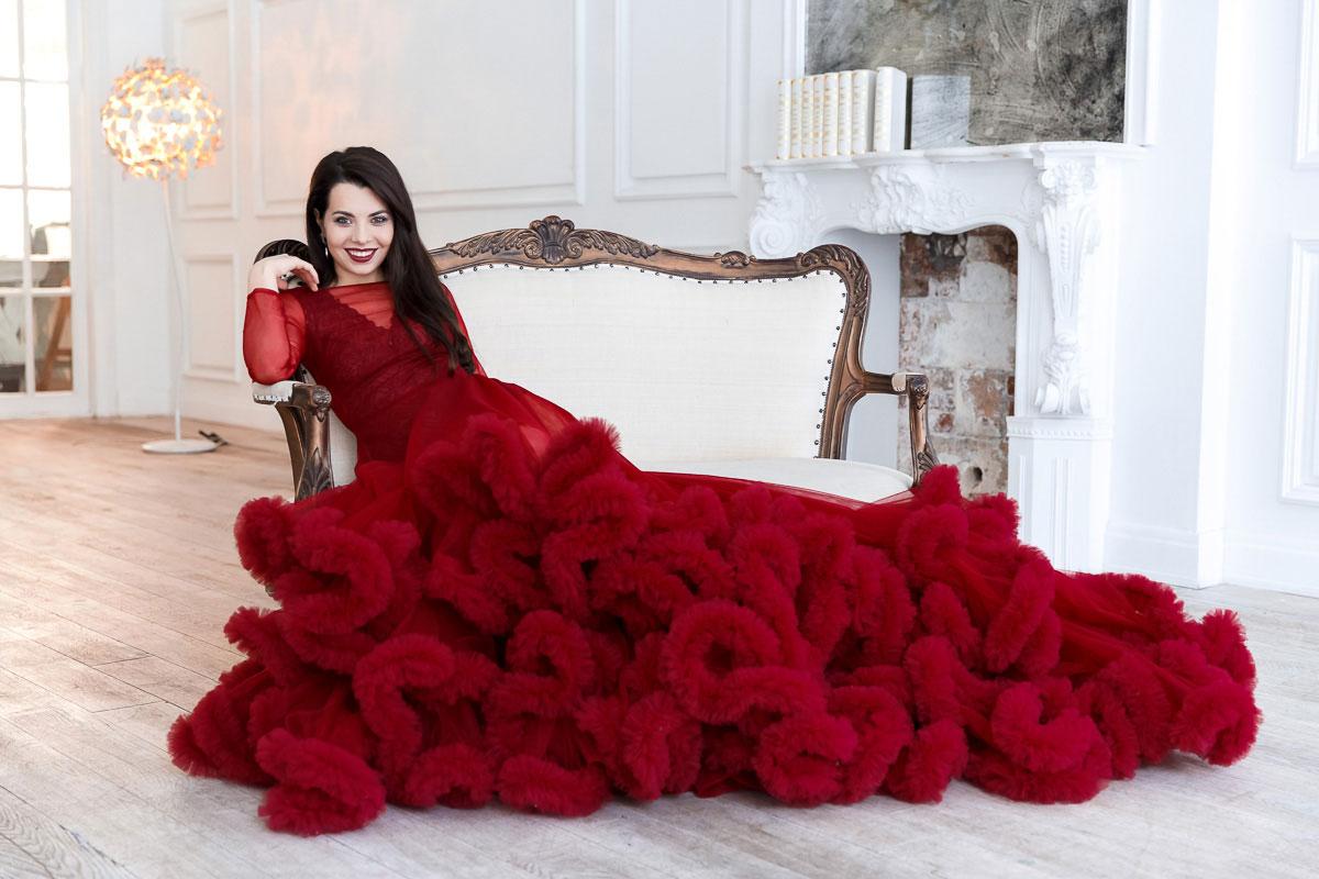 Фотосессия в бордовом платье на белом диване