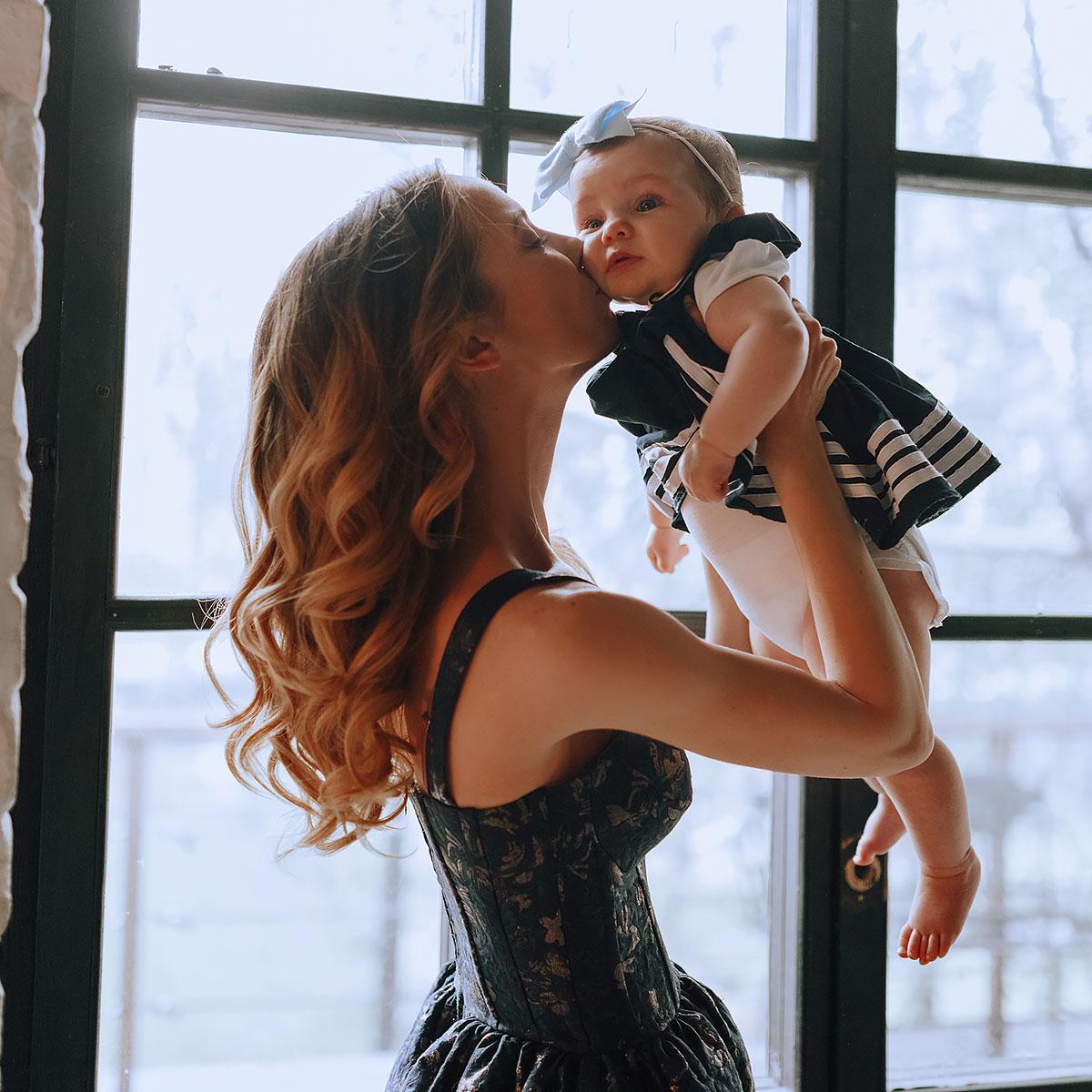 Фотосессия красивой мамы с малюткой дочкой