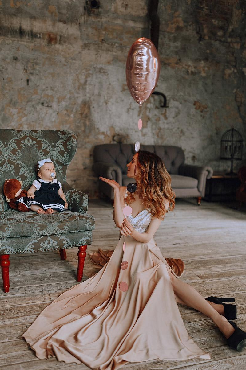 Фотосессия мама с дочкой в студийном интерьере