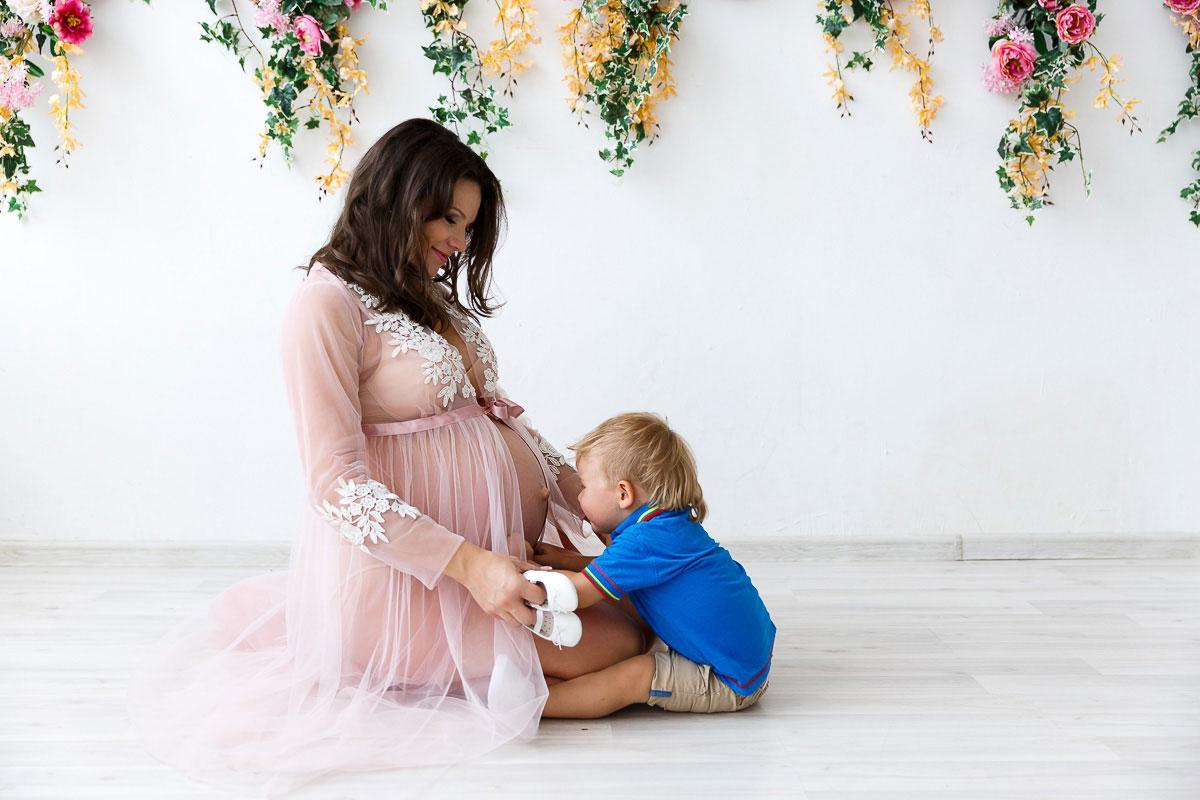 Розовое будуарное платье для беременных