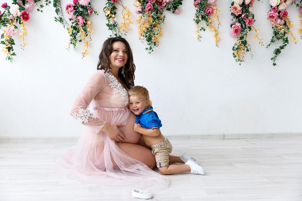 Фотосессия беременной в розовом пеньюаре с сыном