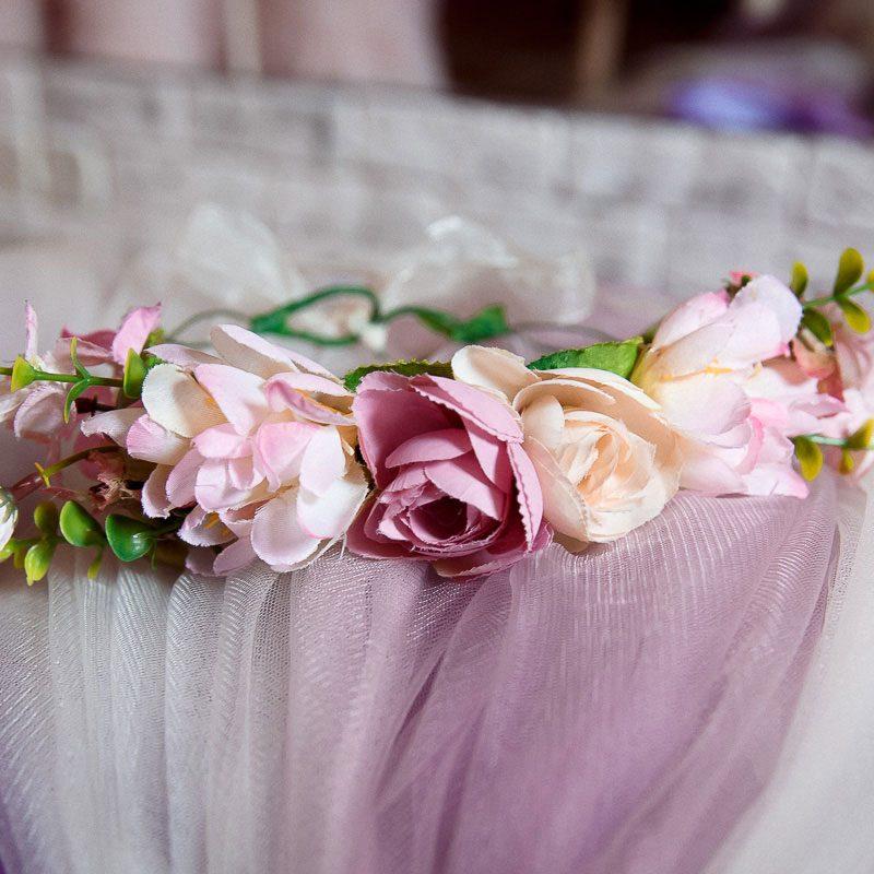 Венок из бледно-розовых цветов
