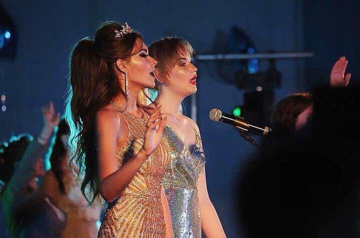 Девушки исполняют песню на школьном выпускном