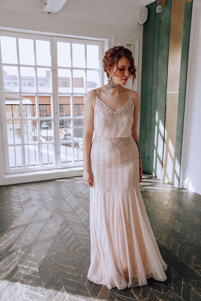 Пудровое платье для полных женщин