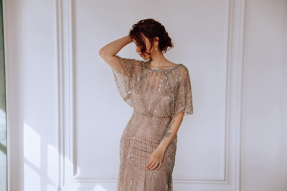 Вечернее платье длиной в пол из нежной сетки нюдового оттенка