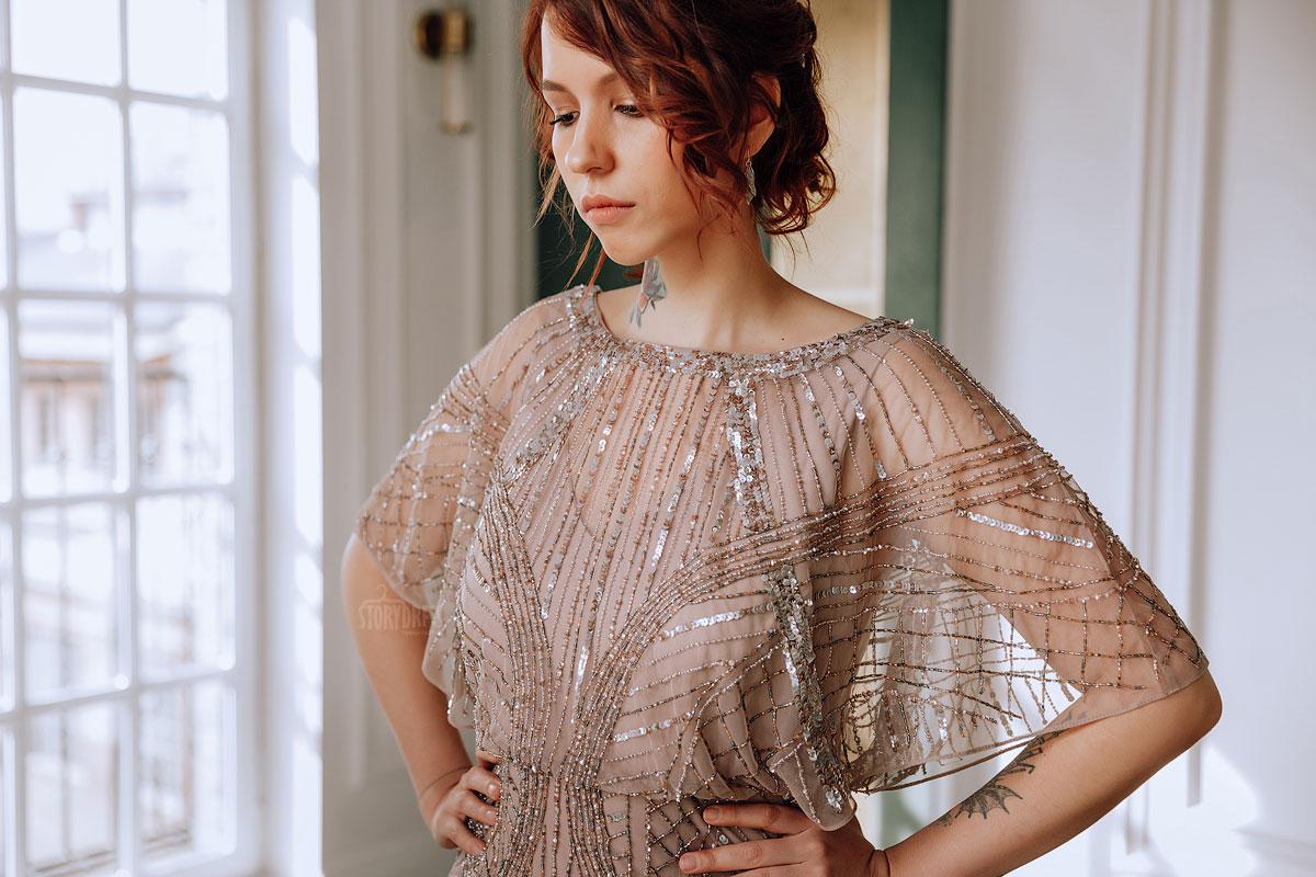 Вечернее платье для полных из прозрачной сетки бежевого оттенка