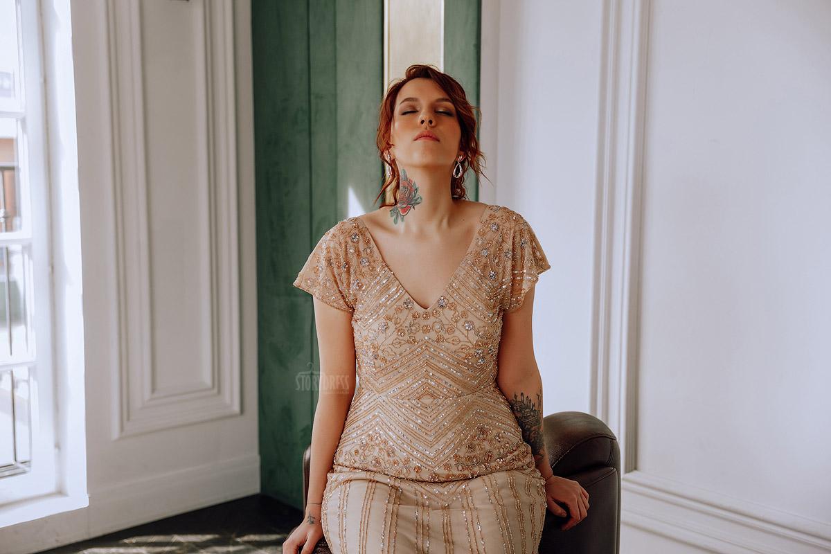 Облегающее платье с изысканным декольте