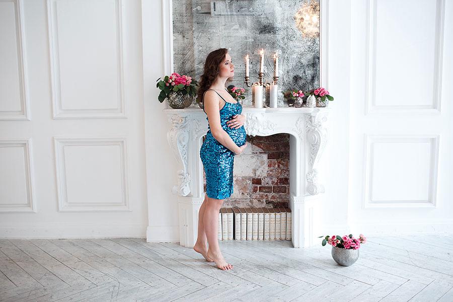 Беременная девушка в фотостудии