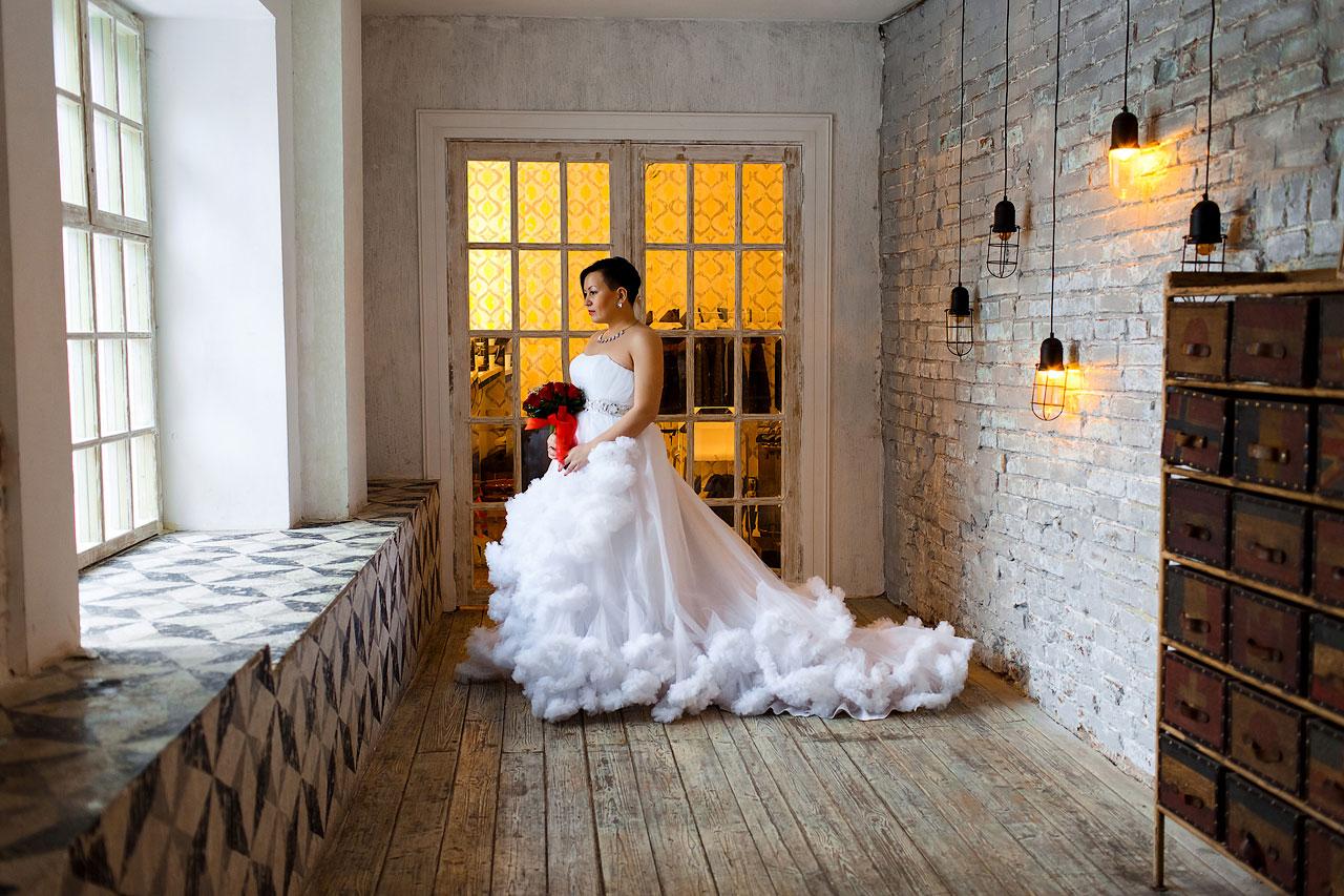 Белоснежное свадебное платье без рукавов