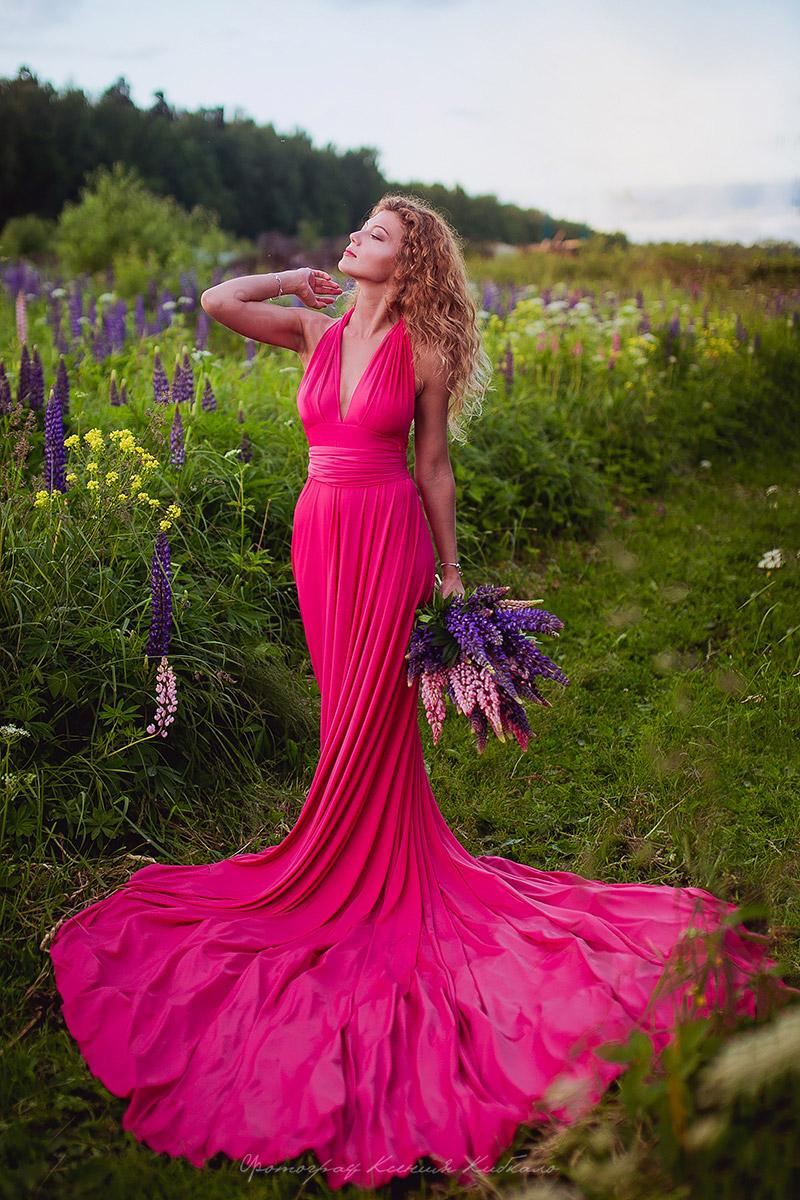 Оригинальное платье розово-красного цвета