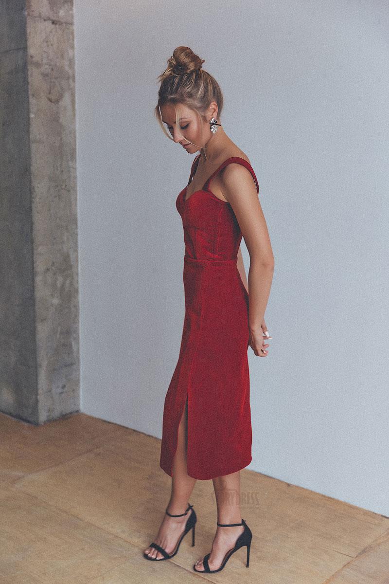 Красное платье-футляр из бархатной ткани