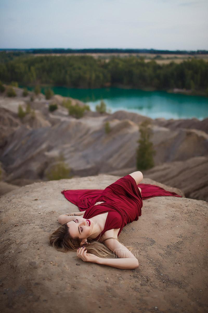 Фотосессия в бордовом платье на фоне озера