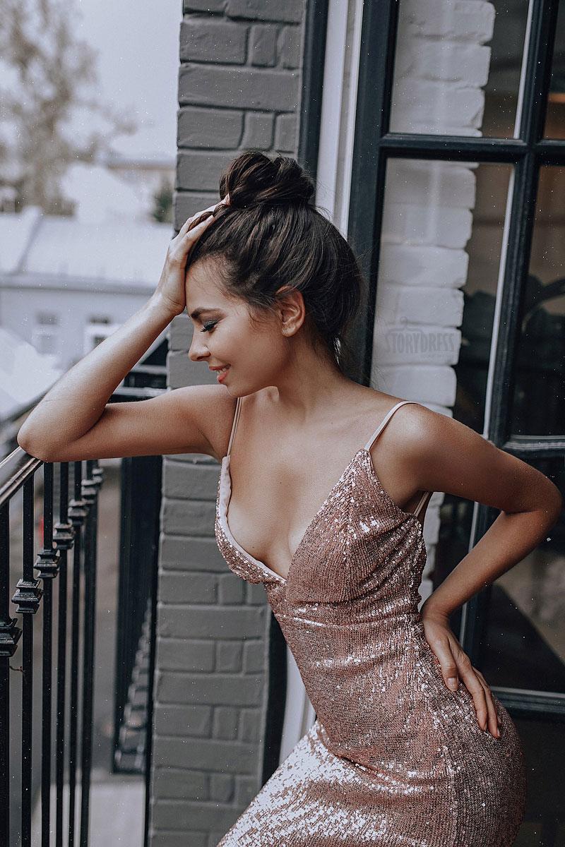 Платье усыпанное пайетками золотого оттенка