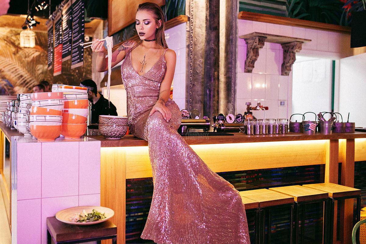 Вечернее платье из пайеточной ткани цвета розового золота
