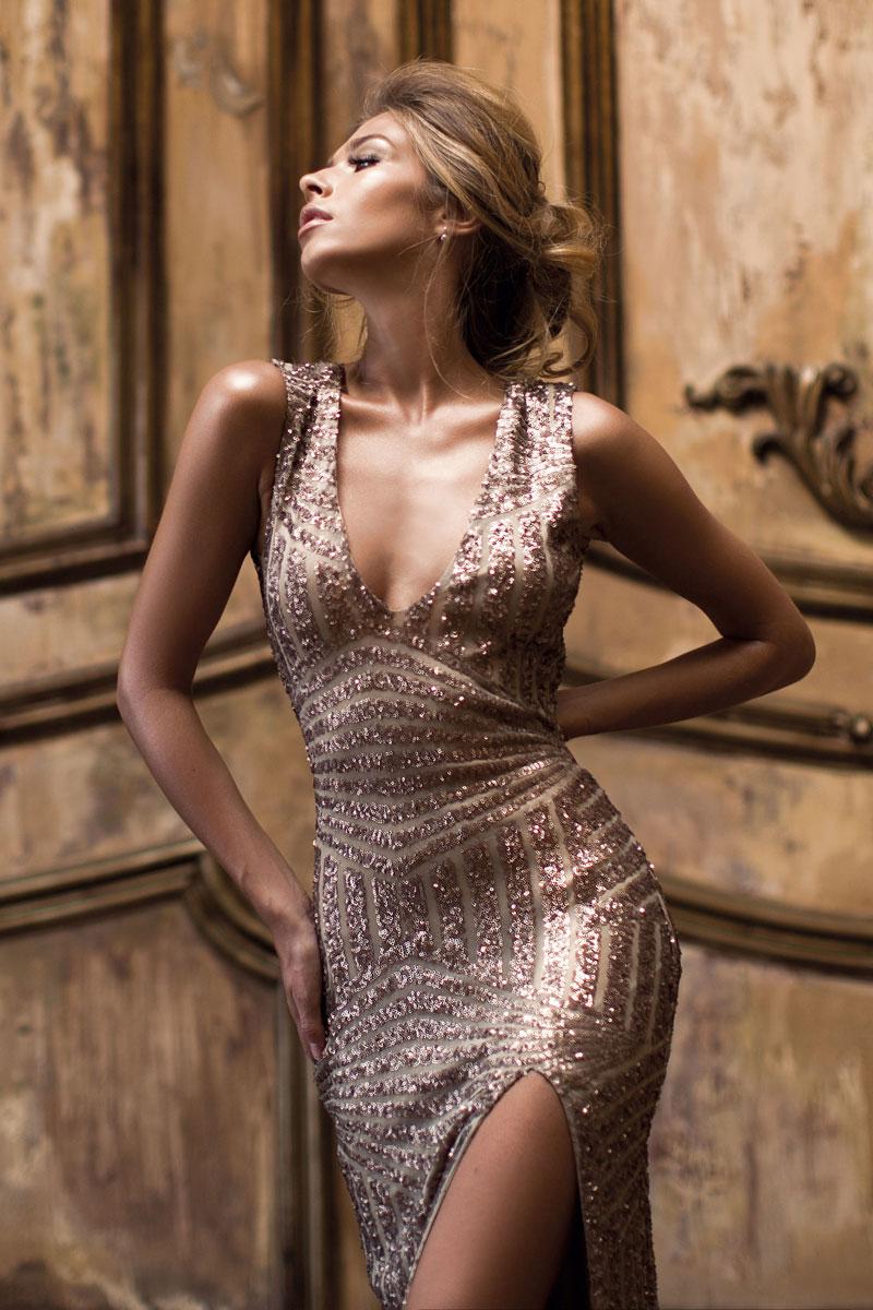 Фотосессия в стиле Dior в золотом платье с пайетками