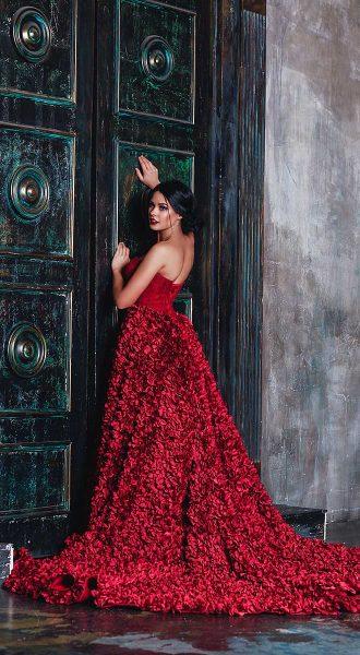Жгучая брюнетка в красном платье с пышной юбкой