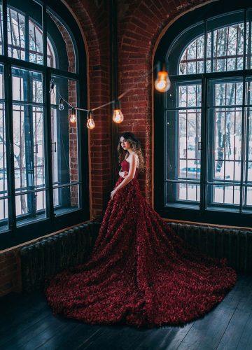 Нежное рубиновое платье с открытыми плечами
