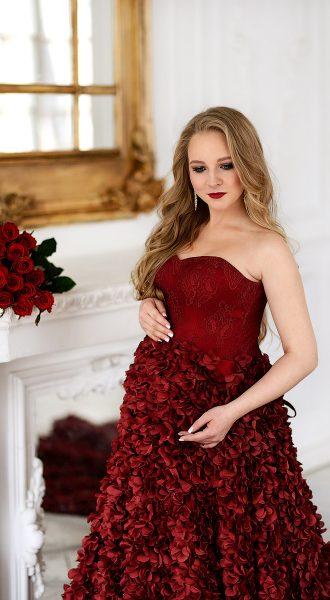 Бордовое платье с лепестками