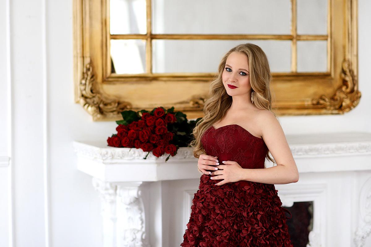 Корсетное платье винно-бордового цвета