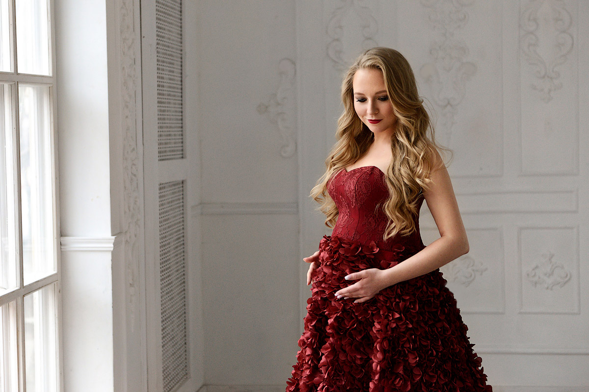 Бордовое платье с лепестками для фото беременной