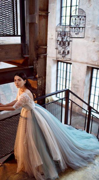 Девушка в небесном платье на лестнице
