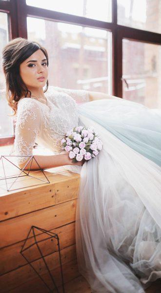 Воздушное платье простого кроя с пышной юбкой