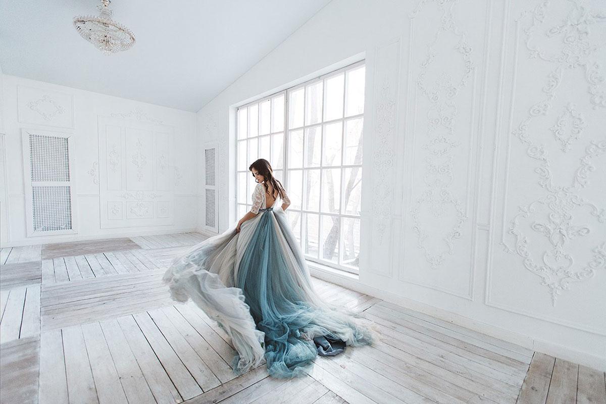 Фотосессия в белом зале у большого окна