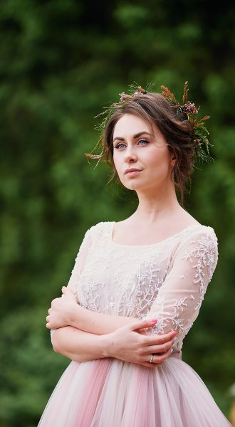 Пышное платье из нежного шифона нюдового оттенка