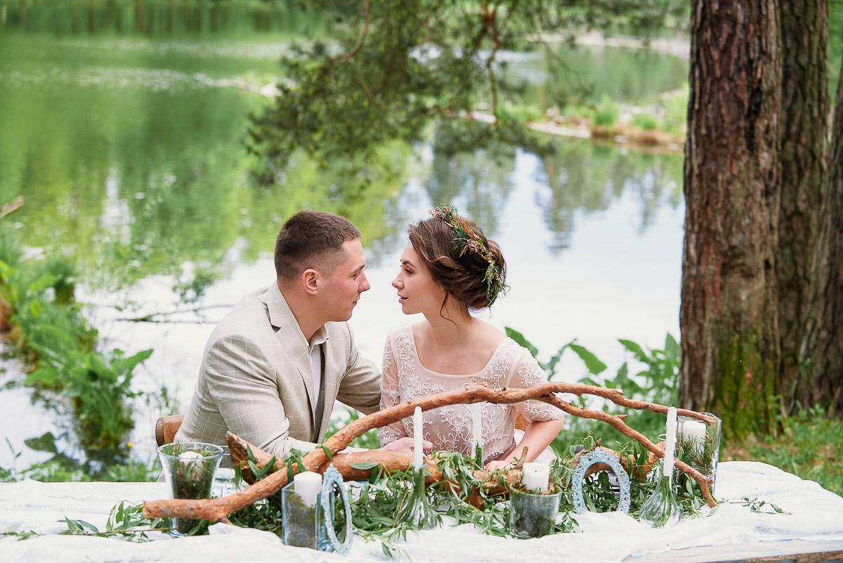 Влюбленная пара у озера