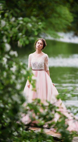 Нежное и скромное платья бледно-розовых оттенков