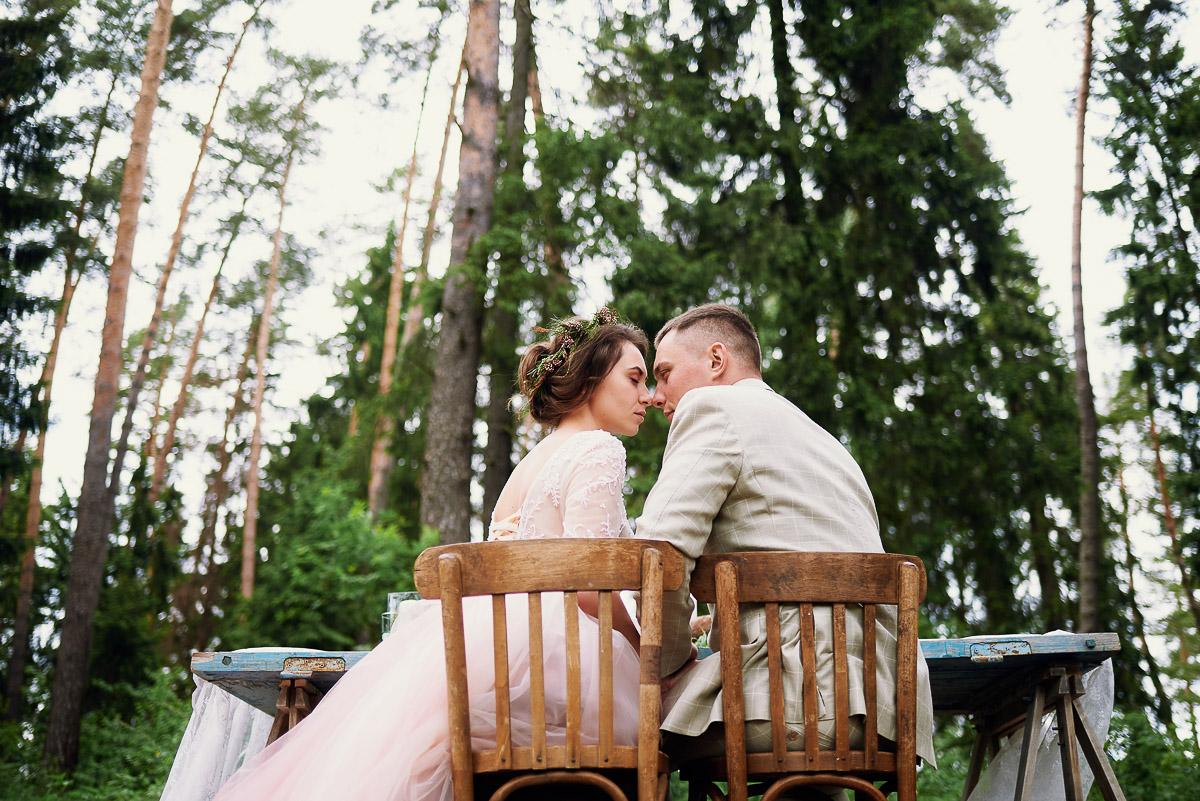 Пара молодоженов в хвойном лесу
