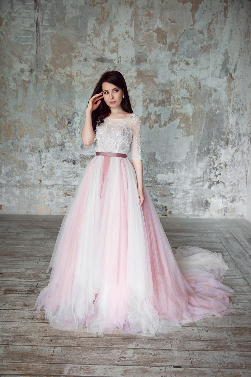 Платье нежно-розовых оттенков с пышной юбкой