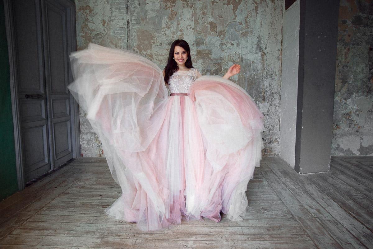 Счастливая невеста в платье белых и розовых тонов