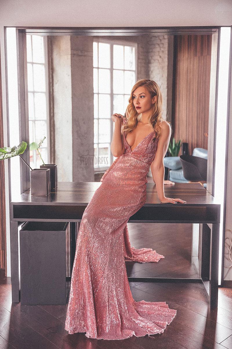 Розовое платье с v-образным вырезом