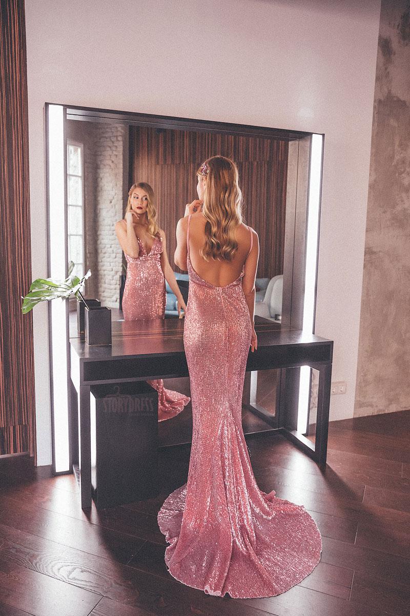 Пайеточное платье нежно-розового цвета с длинным шлейфом