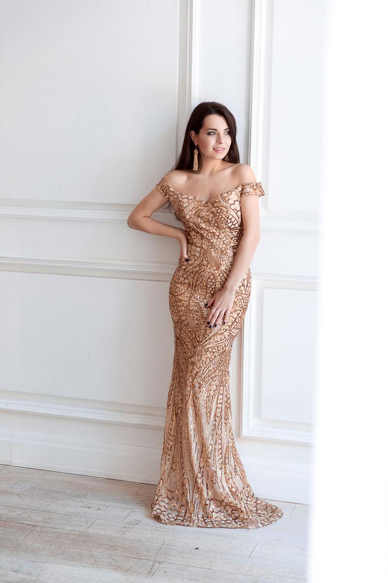 Платье со сложным рисунком из пайеток золотого цвета