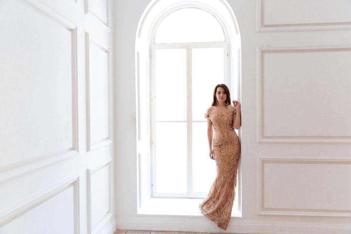 Струящееся платье с золотыми пайетками