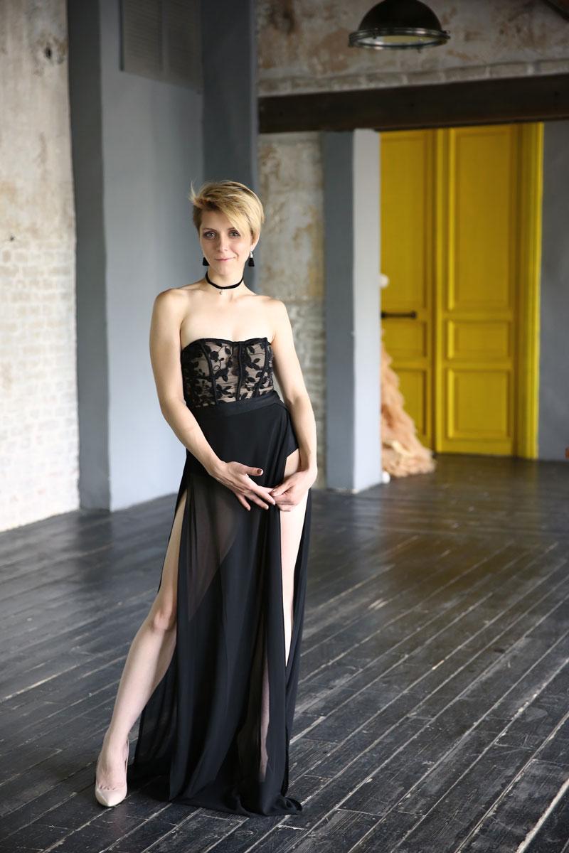Вечернее платье с высоким разрезом