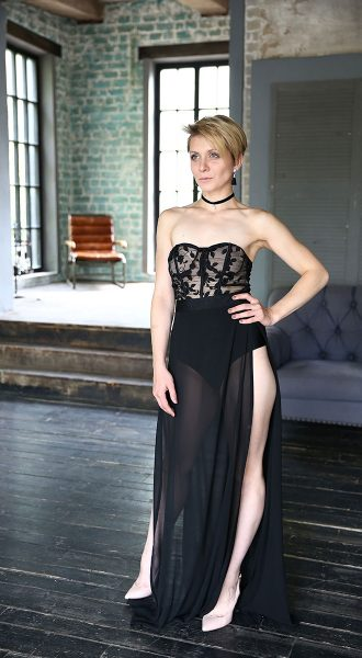 Фотосессия в черном откровенном платье