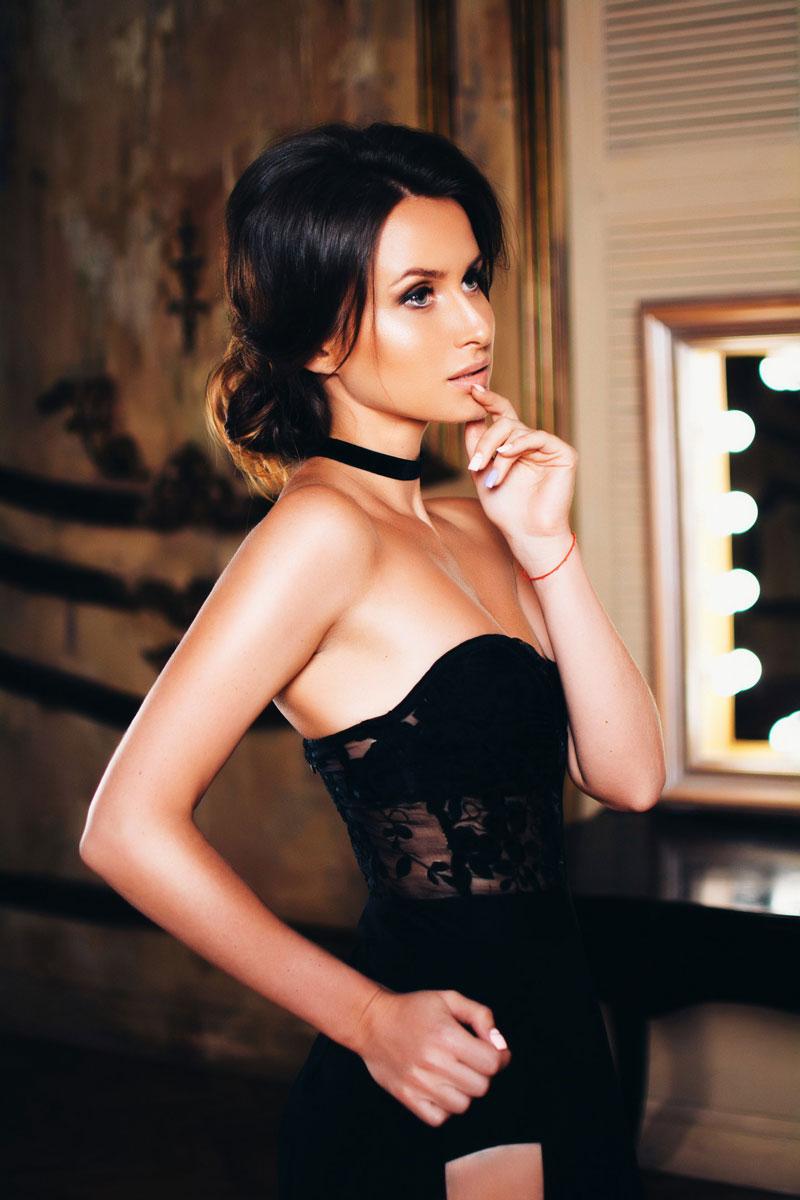 Черное платье для сексуальной фотосессии